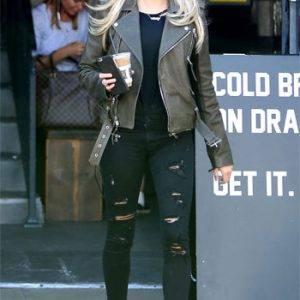 Vestir Rockera Mujer con Chaqueta de Piel y Pantalones Desgastados