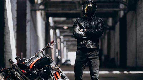 Representación de estilo motero biker con chaqueta de cuero