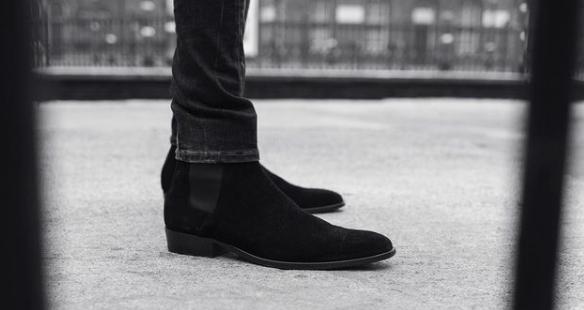 Los zapatos pueden tener un aspecto rockero, como pueden ser las botas, unas converse y otras por el estilo.