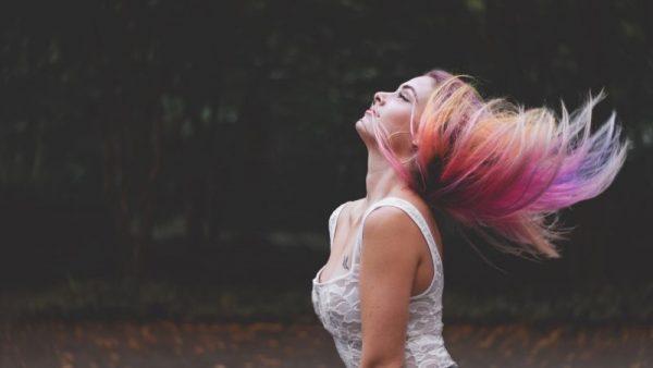 El pelo de colores es considerado como alternativo. El motivo es que poca gente lo lleva, por tanto, es diferente y alternativo.