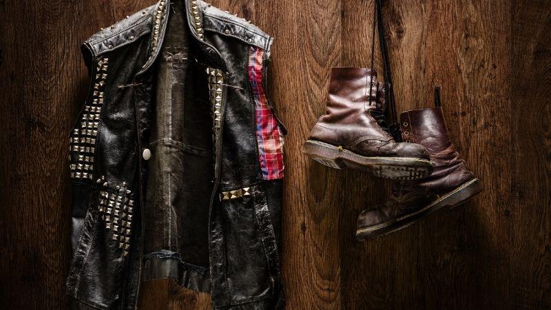La ropa con pinchos y tachuelas es muy amplia, la cual podemos encontrar en chaquetas de cuero, así como en accesorios y botas.