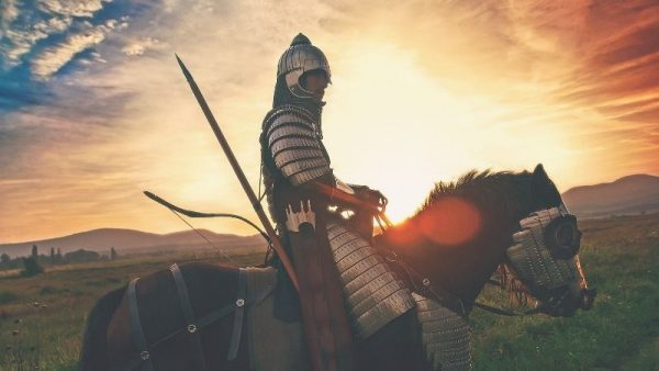 En épocas de guerreros se vestían con ciertos artículos con pinchos, así como las armaduras, que son la representación de las tachuelas en la moda.