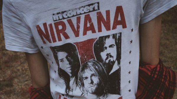 Las camisetas de grupos rockeros son una de las formas de vestir con un toque alternativo.